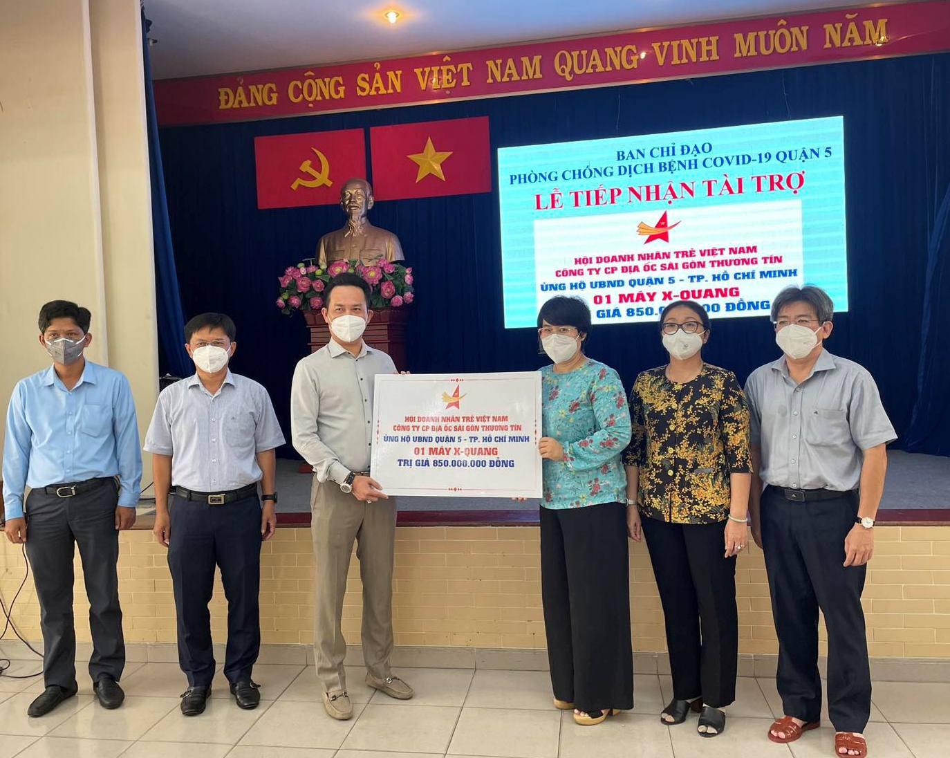Hội doanh nhân trẻ Việt Nam và TTC trao tặng máy X-quang đến UBND quận 5