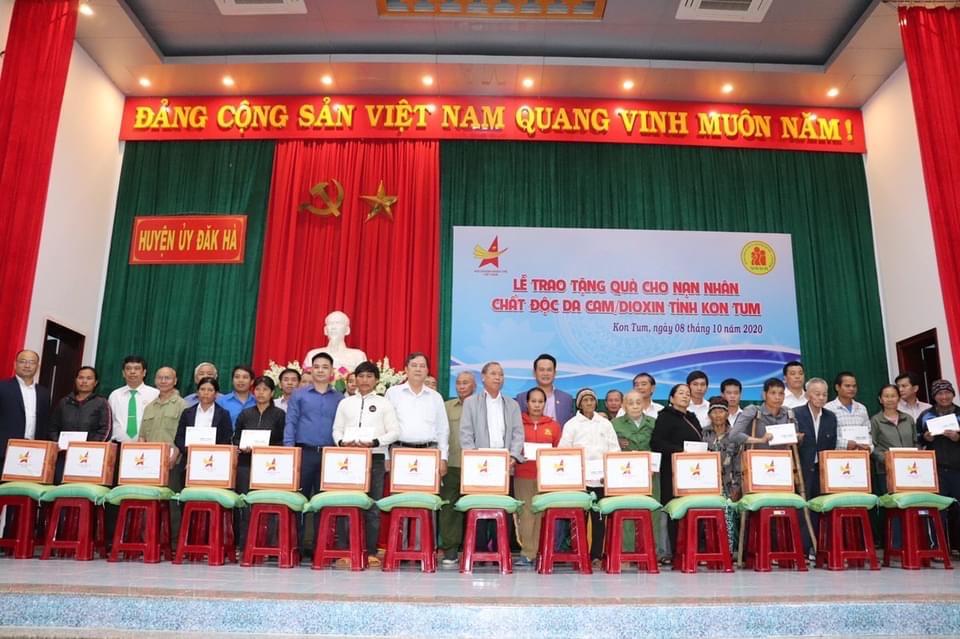 Hội Doanh nhân trẻ Việt Nam trao quà cho nạn nhân chất độc da cam/dioxin tại tỉnh Kon Tum