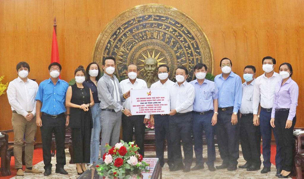 Long An tiếp nhận vật tư, thiết bị y tế hỗ trợ phòng, chống dịch bệnh Covid-19 từ Hội Doanh nhân trẻ
